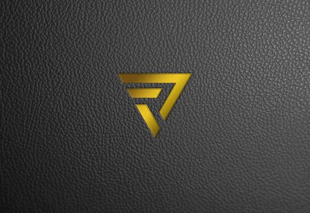 Текстура кожи, золотой логотип, макет