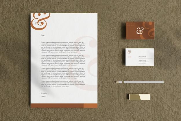 名刺と文房具のモックアップを備えたレターヘッドa4ドキュメント