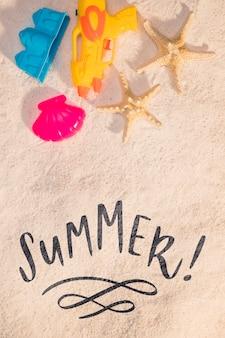 Biglietto estivo lettering con elementi di spiaggia