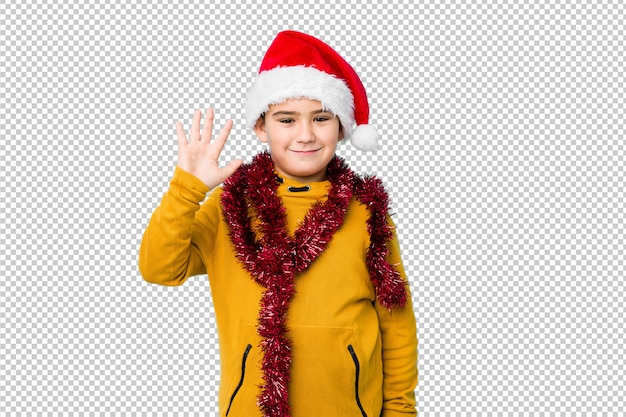 산타 모자를 쓰고 크리스마스를 축 하하는 어린 소년 절연 손가락으로 명랑 보여주는 숫자 5 웃 고.