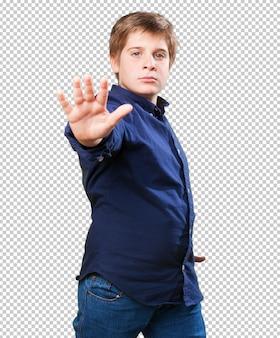 Маленький мальчик делает жест остановки
