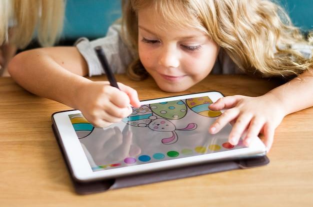 태블릿에 어린 소녀 색칠