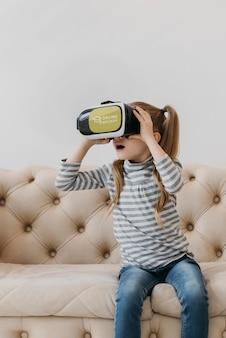 Маленькая девочка с гарнитурой виртуальной реальности