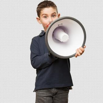 Маленький ребенок держит мегафон