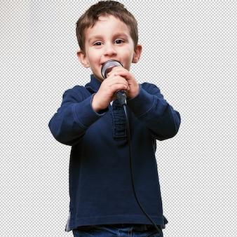 Маленький ребенок поет