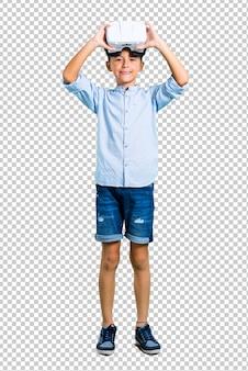 Маленький ребенок, используя очки vr