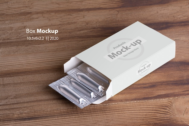 坐剤は、木製のテーブルのボックスモックアップ内部loafs
