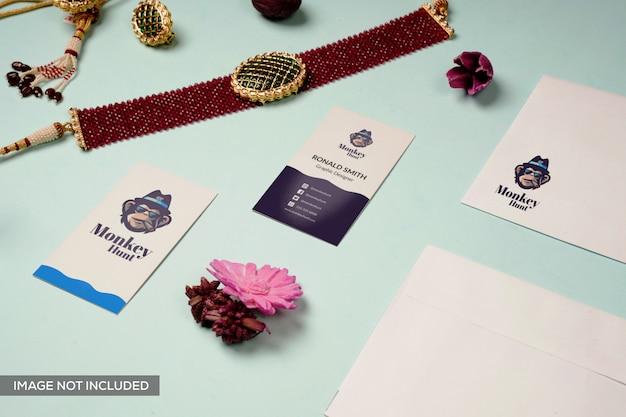 Мокап логотипа и визитки с украшениями
