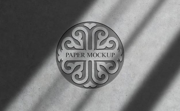 コンクリートのモックアップにエンボス加工されたロゴ