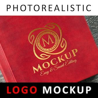 ロゴモックアップ - レッドカバーブックにゴールドホイルスタンピングロゴ
