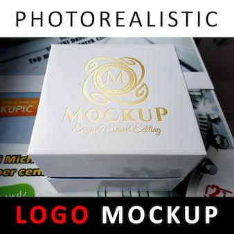 로고 모의-흰색 상자에 금박 스탬프 로고