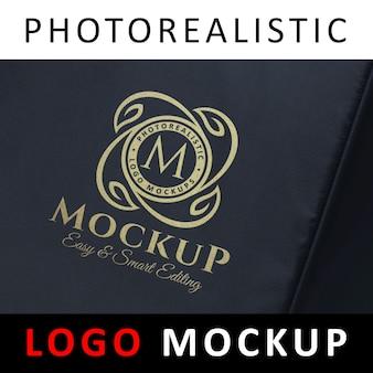 ロゴモックアップ - ブラックファブリックにゴールドプリントロゴ