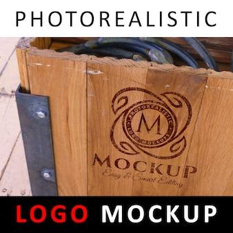 로고 모의-오래 된 나무 상자에 그려진 된 로고
