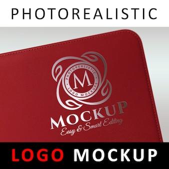 ロゴモックアップ - レッドレザーカバーのシルバーフォイルスタンピングロゴ