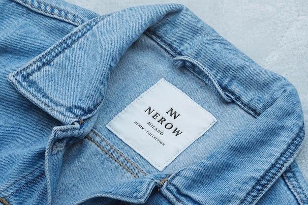 Мокап с логотипом этикетка синей джинсовой куртки