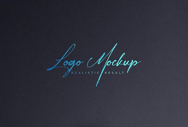 Логотип mockup blue foil logo на черной бумаге