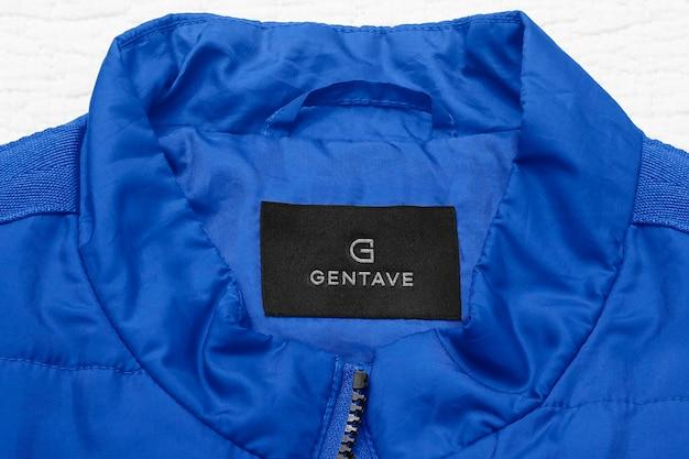 Мокап с логотипом синяя тонкая этикетка на куртке