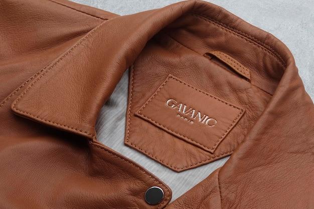 Логотип мокап коричневая кожаная куртка этикетка