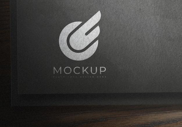 Дизайн макета логотипа на черной текстурной бумаге