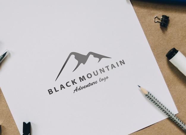 白い紙の上のロゴのモックアップデザイン