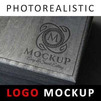 ロゴモックアップ - 黒い木箱に刻印されたロゴ