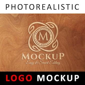 ロゴモックアップ - 木製の表面に刻印されたロゴ