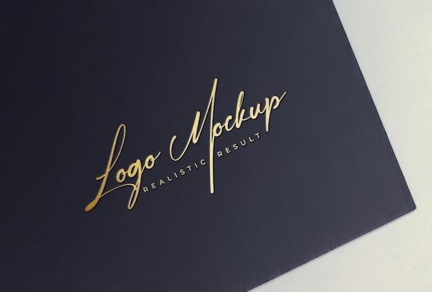 Логотип mockup золотая фольга с тиснением логотипа на черной карточке