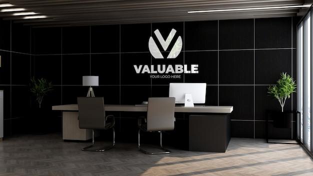 사무실 관리자 벽에 있는 로고 모형