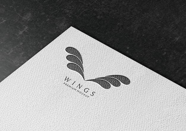 Макет логотипа в белой бумаге с текстурой карандаша