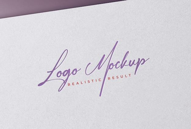 Макет логотипа высокой печати цветной логотип на белой бумаге