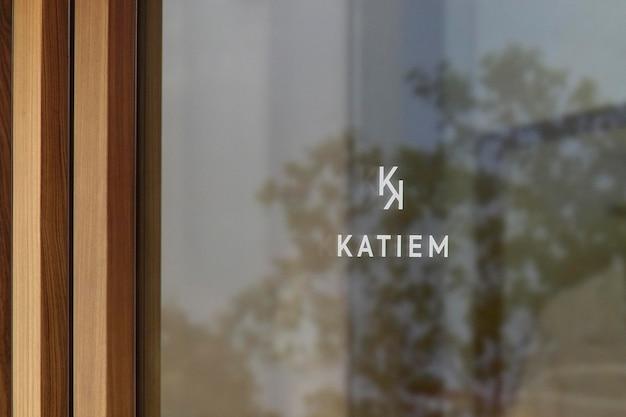 Макет логотипа современное окно знак деревянной стене