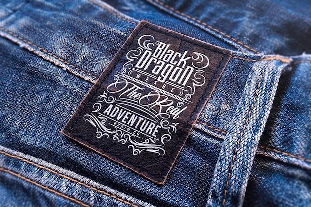 검은 가죽 청바지 라벨에 로고 모형