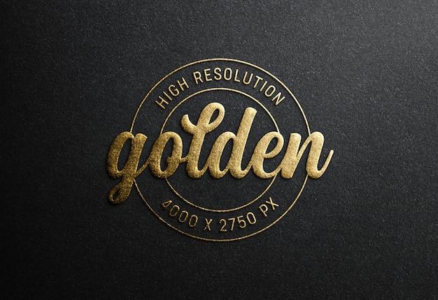 Макет логотипа на черной бумаге с эффектом тиснения золотом