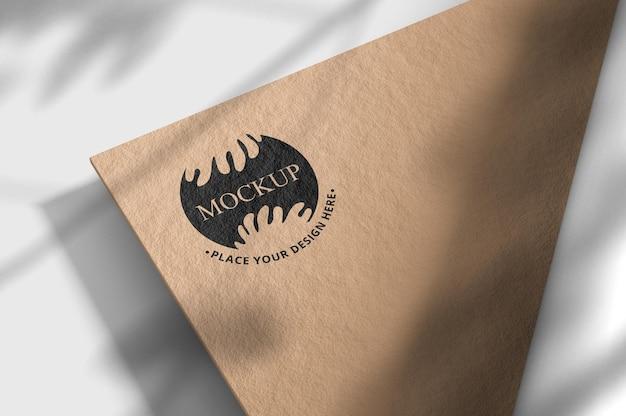 オーバーレイシャドウ付き名刺のロゴモックアップ