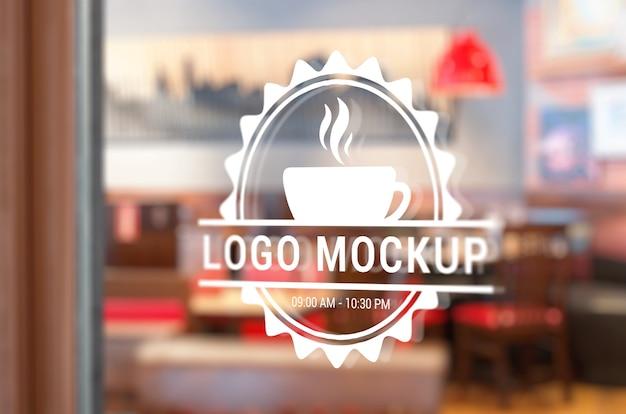 커피 숍 창에 로고 모형
