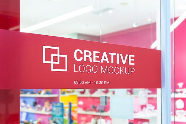 Макет логотипа на входной двери магазина