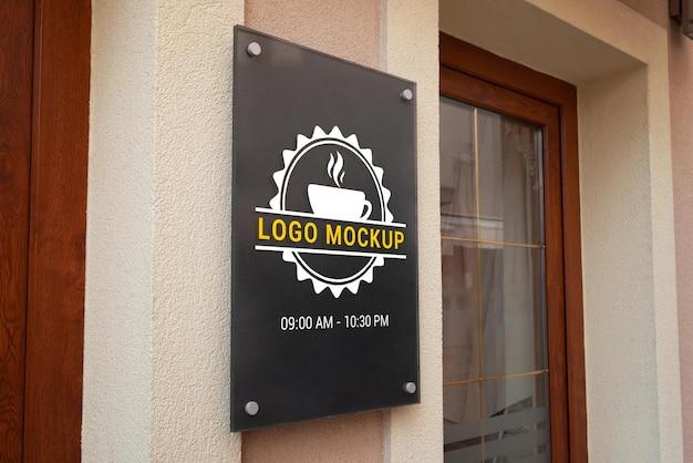 Макет логотипа на стене входа в магазин