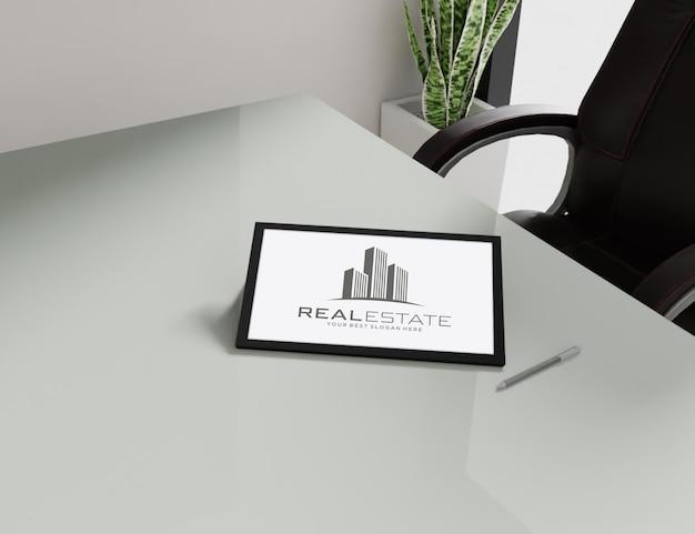 Макет логотипа на планшете
