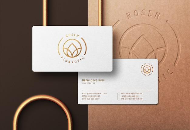 누르면 된 금 인쇄 효과와 흰색 명함에 로고 이랑