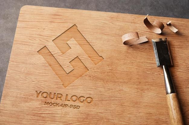 Макет логотипа на деревянной доске