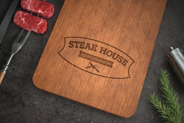 木製のまな板のロゴのモックアップ