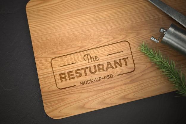 Макет логотипа на деревянной разделочной доске