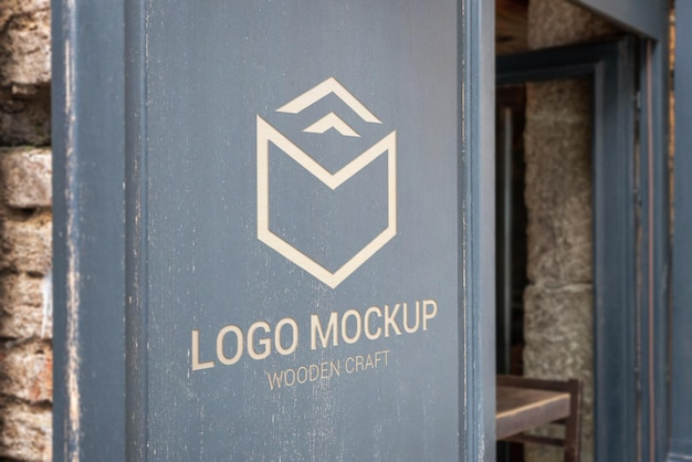 Макет логотипа на деревянной поверхности магазина