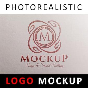 ロゴモックアップ - 白い紙の上のロゴを押す赤い箔