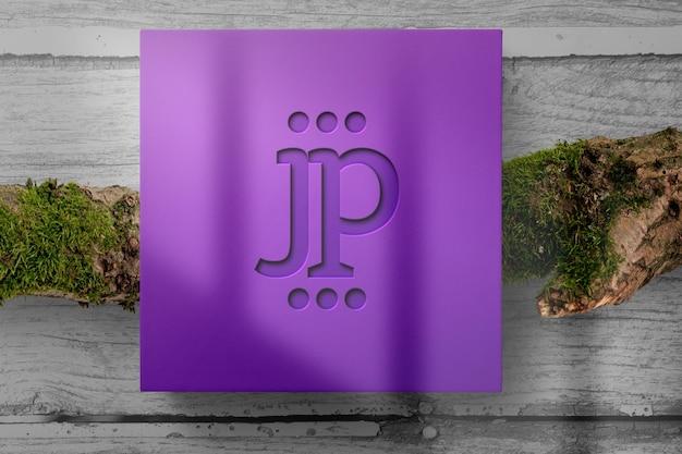ボックスパッケージにエンボスロゴ付きのロゴモックアップ