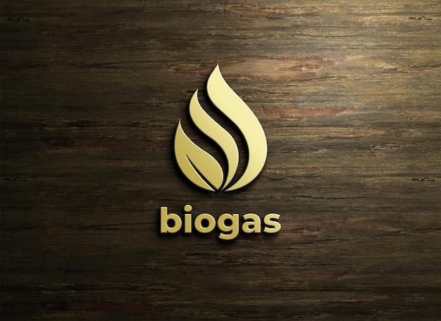 木製の背景にエンボススタイルのロゴのモックアップ