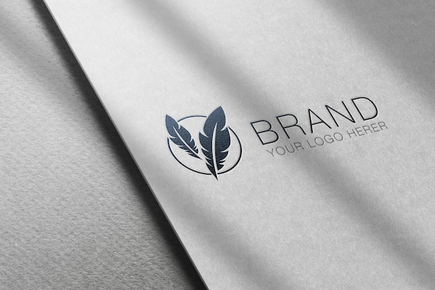 紙のエンボス効果のあるロゴのモックアップ