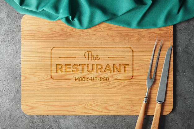 Logo mockup su tagliere in legno