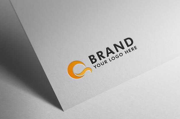Логотип на макете белой бумаги