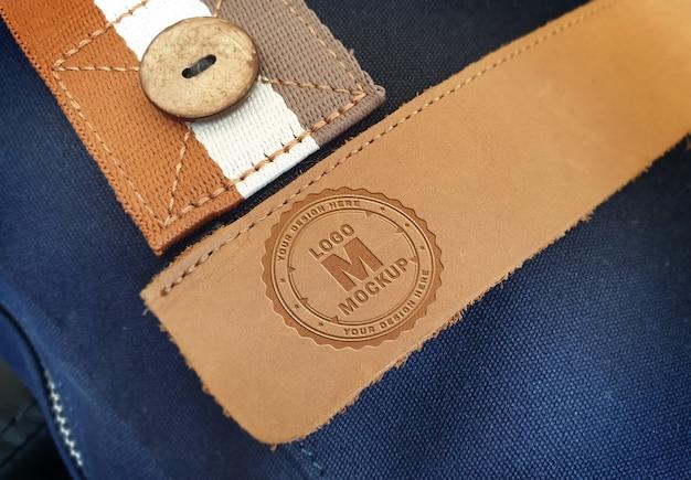 Логотип на кожаном кармане сумки mockup